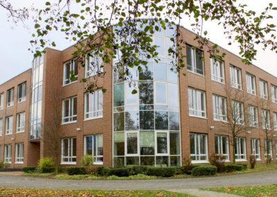 1Fichte-Gebäude-aussen-Frontseite1-Kopie